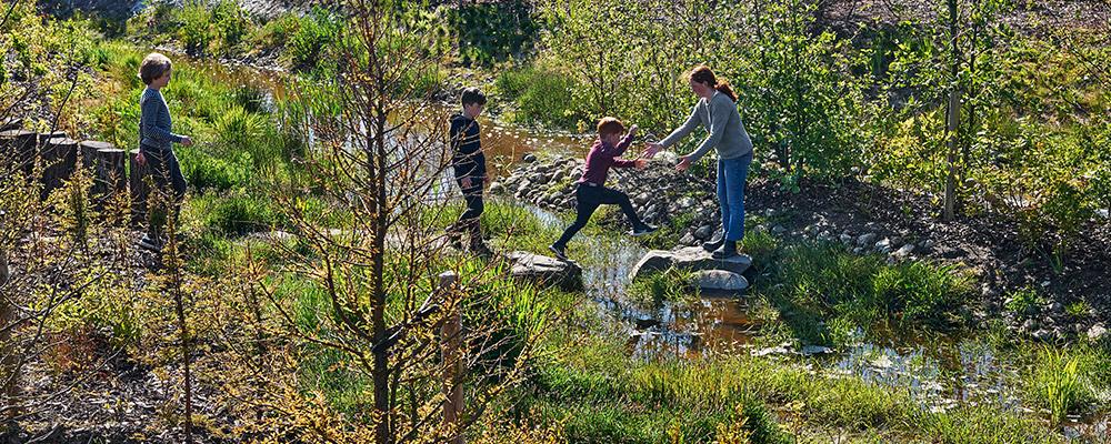 Kinder spielen in der Natur